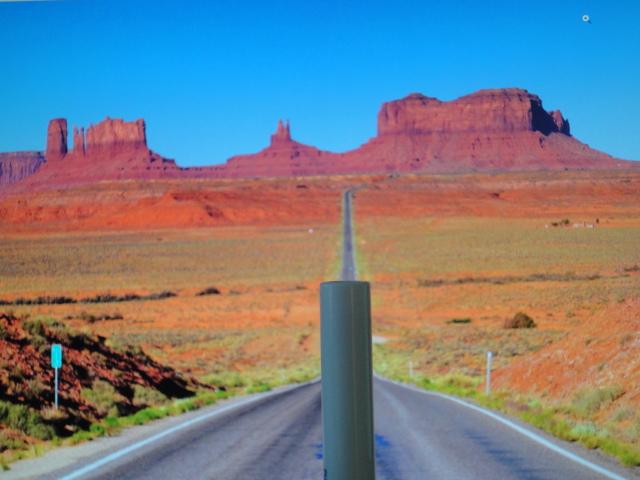 Figur 1: Viser et landskab med en blyant i forgrunden midt i billedet